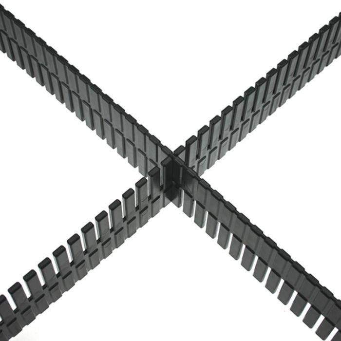 La partición universal para cajones rack 2 U o superior, o cualquier cajón (oficinas, etc.) con una altura mínima de 70 mm. Negro de plástico, se suministra en longitudes de 50 cm con los carpinteros de selección situados en cada extremo. Puede ser easilycut a la longitud requerida.